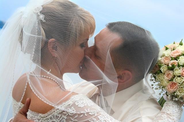 Hochzeit in Polen: deutscher Bräutigam küsst polnische Ehefrau