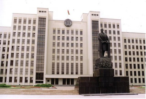 Regierungsgebäude in Minsk mit Lenin-Statue
