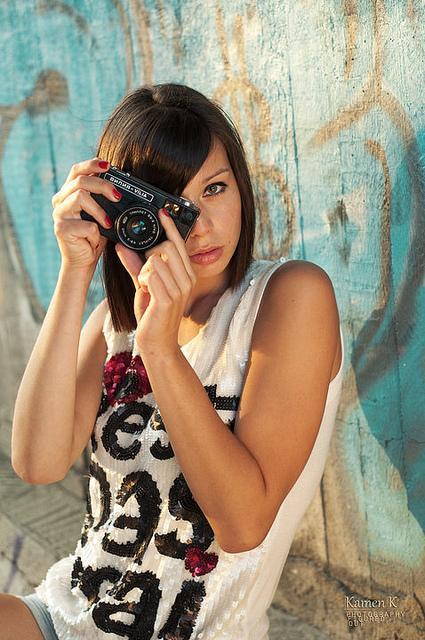 Schöne bulgarische Single-Frau mit einer Kamera
