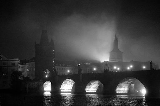 Karlsbrücke in Prag bei nächtlichem Nebel