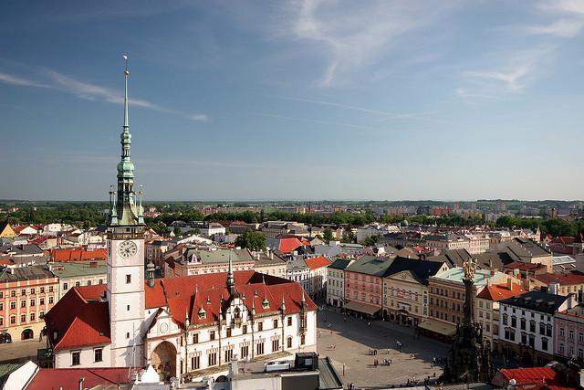 Der Marktplatz in Olmütz  (Olomouc) mit Rathaus und Dreifaltigkeitssäule