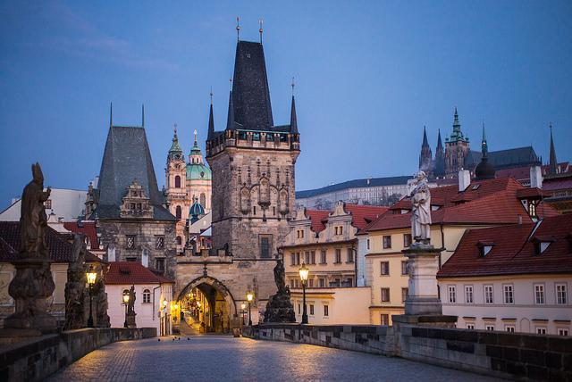 Prag kurz vor Sonnenaufgang