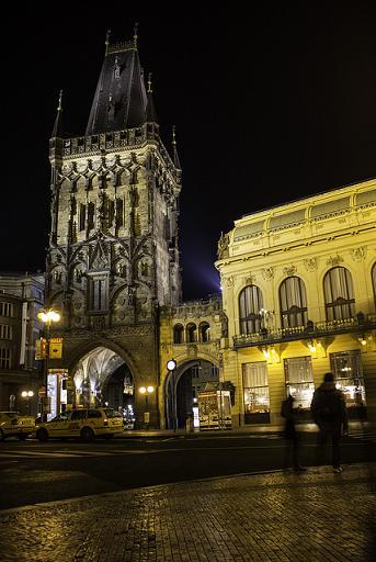 Beleuchteter Prager Pulverturm bei Nacht